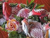 伊豆沖で釣り上げた天然地魚の舟盛。四季折々の旬の味覚をご提供いたします。
