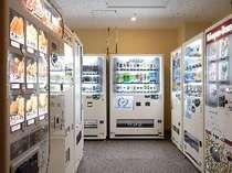 【自販機コーナー】別館「サウスウィング」には軽食やアルコール類などの自動販売機コーナーあり