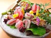 夕食:米屋美食会席お造り(一例)近海で水揚げされた旬のお造りの盛合(夏が旬の「鮑」メイン)