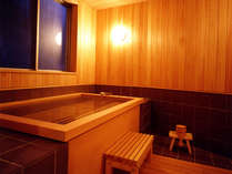 貸切家族風呂「なごみの湯」は、ひのき造りの湯舟が人気!湯口から100%の源泉が出てきます