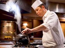 料理の鉄人で白星を挙げた料理長。また食べたくなる料理の数々。お客様のおいしいの為に腕を振るいます