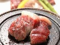 アツアツに焼いた陶器や石の上で上質な黒毛和牛をご自身で焼いてお召し上がりください。