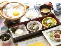 朝食はヘルシーメニューの和定食。岩塩でお召し上がり頂くお豆腐がアンケートで人気。