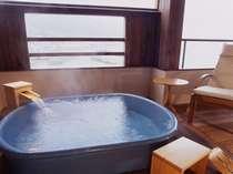 302号室陶器の露天風呂で日頃の疲れも癒されます
