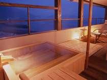 瀬戸内を臨む檜の露天風呂
