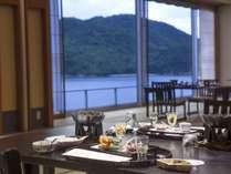海を眺めながらの和ダイニングでのお食事をお楽しみくださいませ。