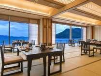 お部屋で海を眺めながら和ダイニング席でお食事をお楽しみいただけます。