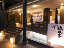 【外観】歴史情緒あふれる鞆の浦に位置する当館でございます