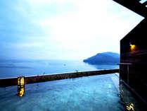 【屋上露天風呂】空を仰ぎ、手が届きそうなほどの海をすぐそば感じる。