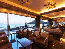 【ロビー】当館自慢<<270度のランドスケープ>>穏やかな海景を望みながらホッと落ち着くひとときを。