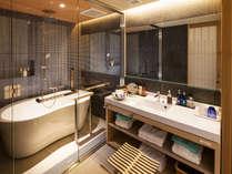 【最上階プレミアムツイン-バスルーム】当客室ならではのスタイリッシュのデザインのバスルームを実現。