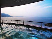 【3階露天風呂】遮るものが何もない美しさ。昼夜と姿を変える心地良い湯の贅を。