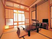 6畳間の和室。純和風づくりの落ち着いた内装です。
