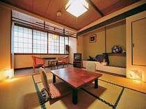 【別館】和室8畳トイレ付き(縁側2畳含)。津軽塗りのテーブルなど、備品類に一見の価値あり。
