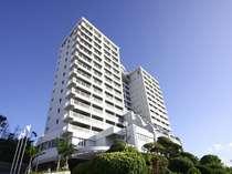 恩納村の高台に位置するホテル