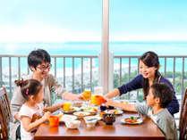 最高の景観を眺めながら、ご家族でもゆっくりお食事を堪能していただけます。