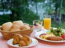 焼きたてパンが人気の朝食