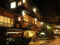 夜の温泉街に灯る安代館の明かり