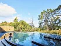 【大浴場・露天風呂】お風呂に浸かり心地よい開放感を