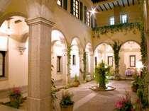 ◇中庭は修道院を彷彿とさせる石造りの回廊◇