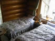 吹き抜けの天井と出窓が特徴のお部屋・ロフト1名様ご利用(屋根裏部屋風)から撮影≪ファミリールーム≫