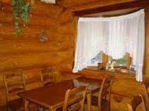 出窓脇の食卓