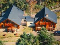 上空からのカムループス左が宿泊専用棟右がフロント&ダイニング・貸切家族風呂館内で繋がっています