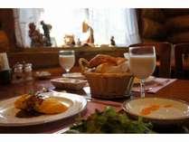 出窓から柔らかな陽射しを浴びながら朝食を。