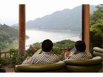 お風呂上り・・冷たいお水を飲みながらロビーから赤谷湖を眺めて・・