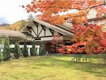 紅葉時には浪漫館の庭の赤く染まります。