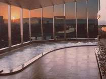 最上階の天空大浴場からあけぼの(朝焼け)を望む
