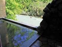 人気の貸切露天風呂はすぐ目の前が名取川!湯上がり小部屋でまったりOK♪