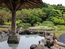 夏期限定の水着着用専用露天風呂「月の湯」「星の湯」は、温泉プールとなり