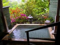 自家源泉をかけ流す客室露天風呂。4名でも手足を伸ばせるほどゆったりサイズ