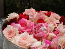 客室露天風呂に浮かべるお花でお姫様気分♪