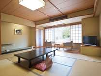 【西館客室】 お部屋からは磊々峡が望めます。宿泊館では一番新しい建物です。