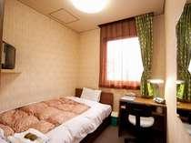 【304】セミダブルベッドシングルルーム。ビジネスディスクとスタンドがあるので仕事にも便利