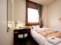 【306】少し狭めのシングルルームのため、料金は得価格。でも川に面して窓が広い。