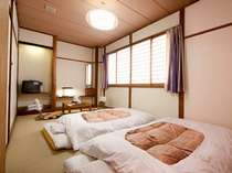 【201】約7.5畳の和室。紫色の洒落たカーテンが印象的、窓の外には…