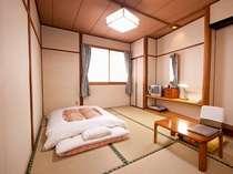 【204】約6畳の和室。この空間がなんともいえず落ち着く。鏡台の上には30年来の時計も(必見)