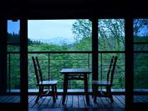 【お部屋】2階のお部屋にはウッドデッキが。ブナの森の風や、優美な白山に心癒されるひとときを。
