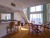 【メゾネット】一面ガラスのお部屋は常に柔らかな光に覆われています。