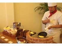 朝食ビュッフェでは目の前で焼きあがるオムレツをご賞味ください。