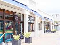 近隣施設:オキナワ ハナサキマルシェには色とりどりの飲食店やセレクトショップが軒を連ねます。
