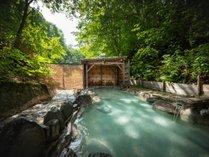 【野天風呂】自然味溢れ、風が心地よい野天風呂(冬季は閉鎖します)