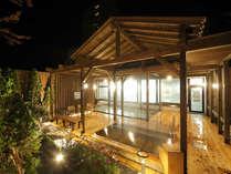 【夜:ウッドデッキ調露天風呂】土地に残る蟹と鰻の伝説から、遠刈田温泉は足腰に効く湯と言われています。