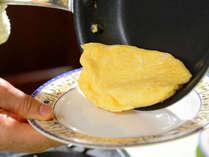 【朝食バイキングイメージ】蔵王クリームチーズ入りオムレツを目の前で調理♪出来立て熱々をどうぞ。