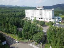山並みに囲まれたリゾートホテル