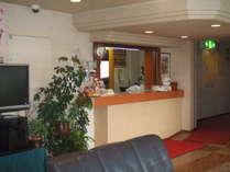 フロント(宿泊のお客様以外の客室の出入りは、どなた様に限らず固くお断りしております。