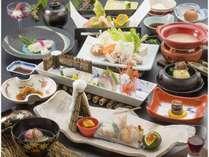 夕食は個室宴会場で「和食会席」、朝は和食を中心とした「バイキング」